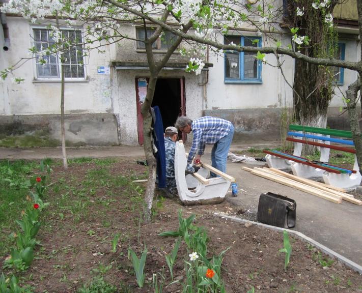 """МКП """"ЖЕО"""" відновлює лавочки біля під'їздів будинків"""