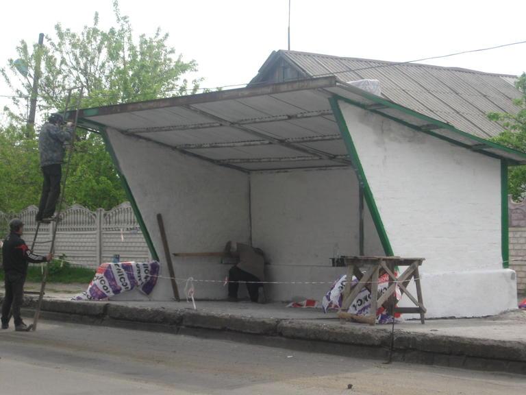 Проводится ремонт автобусной остановки на Руднике