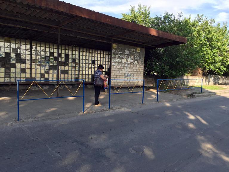 Восстановили ограждение автобусной остановки по улице Партизанской