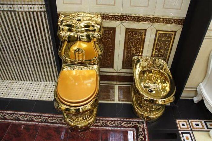 Золотой унитаз для общественного туалета нашего города