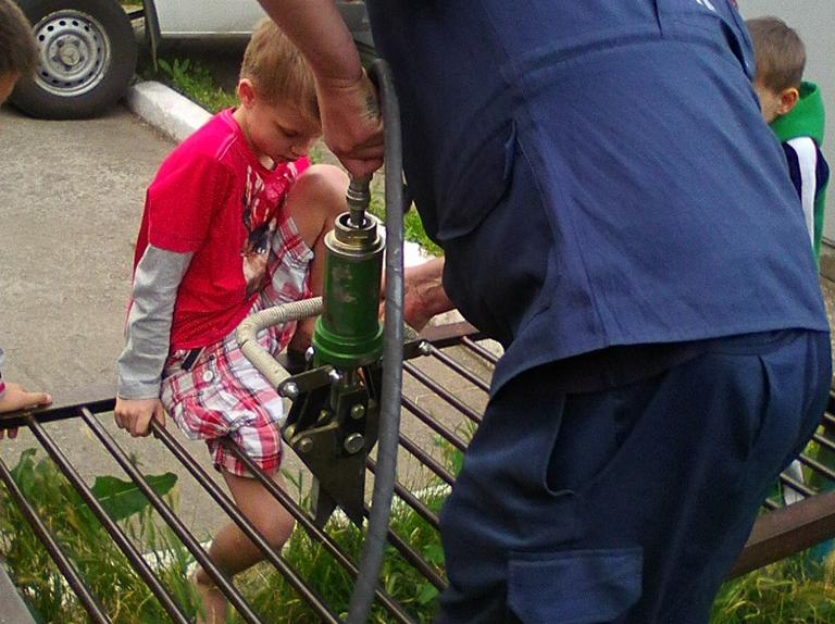 Визволили 8-ми річного хлопця з металевої конструкції. Будні рятувальників
