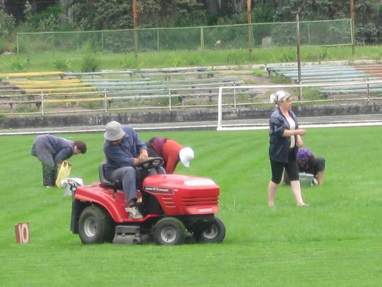 На поле стадиона «Авангард» продолжаются работы