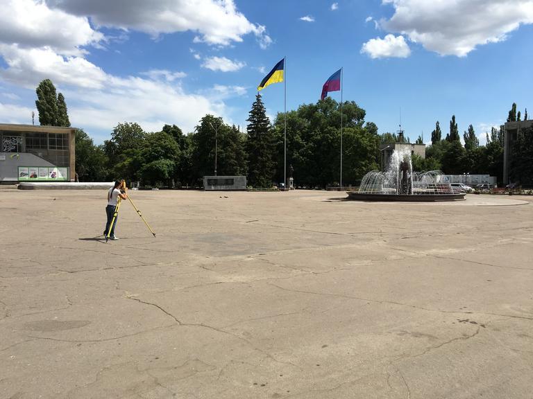 Геодезисты делают замеры на площади Ивана Сирко!