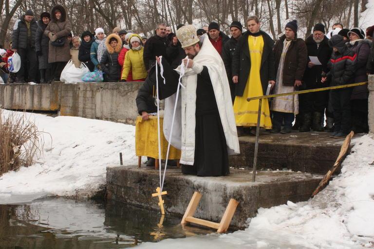В Покрове святили воду и купались в проруби (+ВИДЕО)