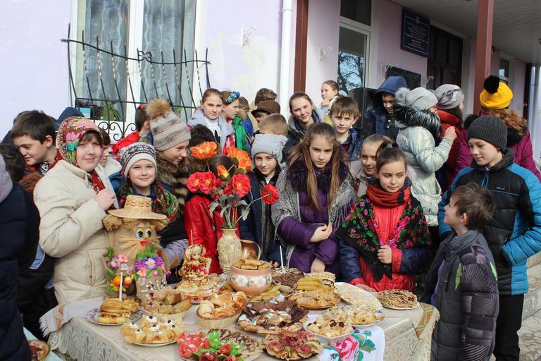 Масленицу во второй школе отметили праздничной ярмаркой (+ВИДЕО)