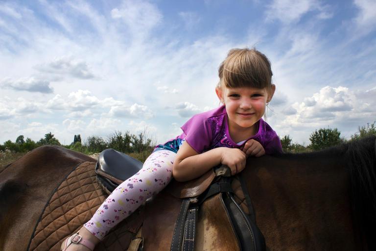Архив газеты «Нове Місто+ТВ»: Иппотерапия в нашем городе. Общение с лошадьми помогает лечить детей