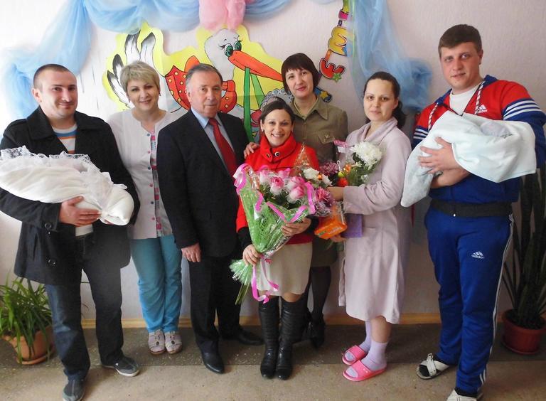 Свідоцтво про народження у пологовому будинку та прописка немовлят у міському відділі ДРАЦС: як спростити батькам паперові турботи