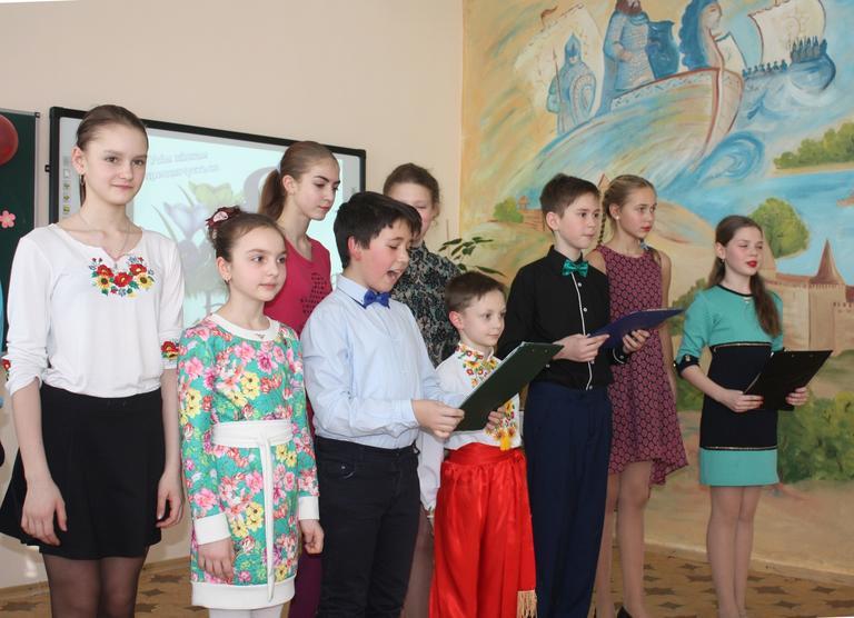 Ученики шестой школы поздравили педагогов с праздником (+ВИДЕО)