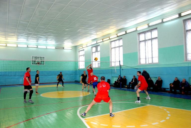 Второй тур соревнований комбината по волейболу. Шесть побед с одинаковым счетом