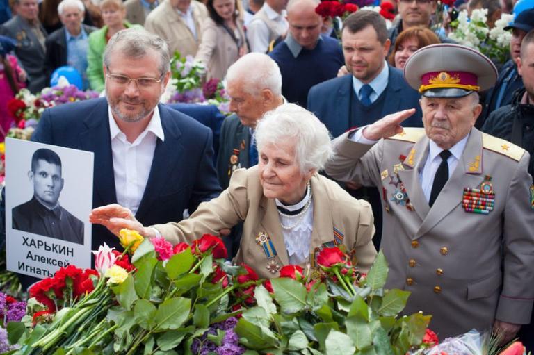 Вилкул: 9 Мая в Днепре тысячи горожан спели песню «День Победы» возле Монумента Славы (ВИДЕО)