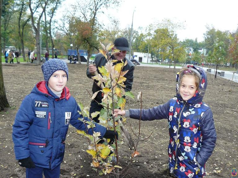 Школы города преподнесли подарок-долгожитель парку им. Мозолевского