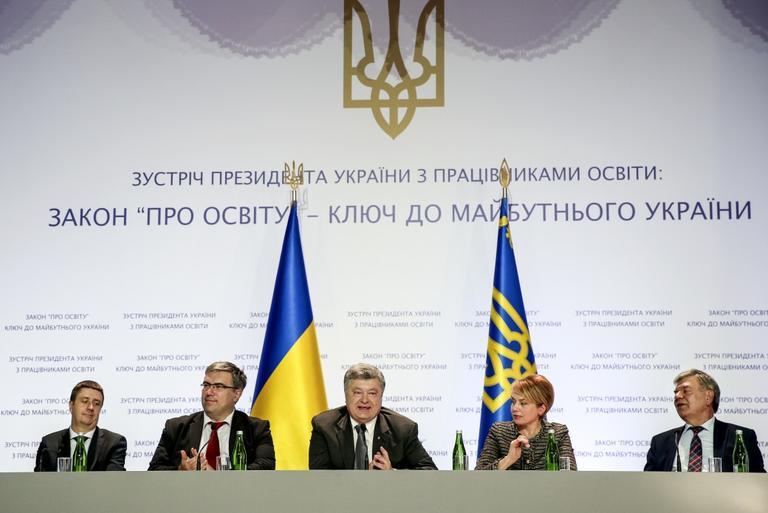 Президент Петр Порошенко: В следующем году планируется дальнейшее повышение заработной платы учителей