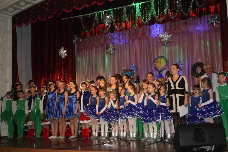 «Нехай вогнями все засяє, з Новим роком вас вітаєм!»: у Покровському пройшов новорічний концерт (ФОТО, ВІДЕО)