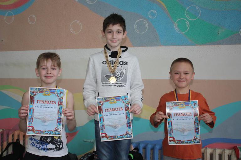 В бассейне соревновались юные пловцы (ВИДЕО)