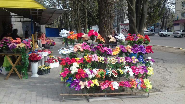 «Икебаны» и «пикники» на кладбище. Правильно ли это?