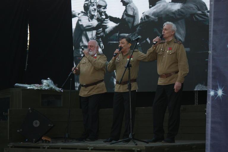 «В бой идут одни «старики»: Александр Вилкул подарил жителям Покрова концерт актеров легендарного фильма (ФОТО, ВИДЕО)