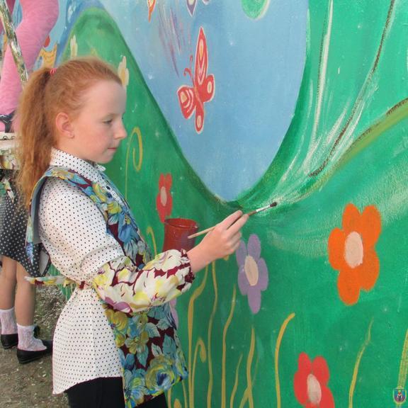 В парке появилась новая картина, созданная юными художниками города
