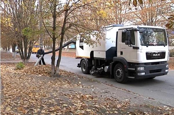 Комунальники Марганця збирають листя за допомогою багатофункціонального авто