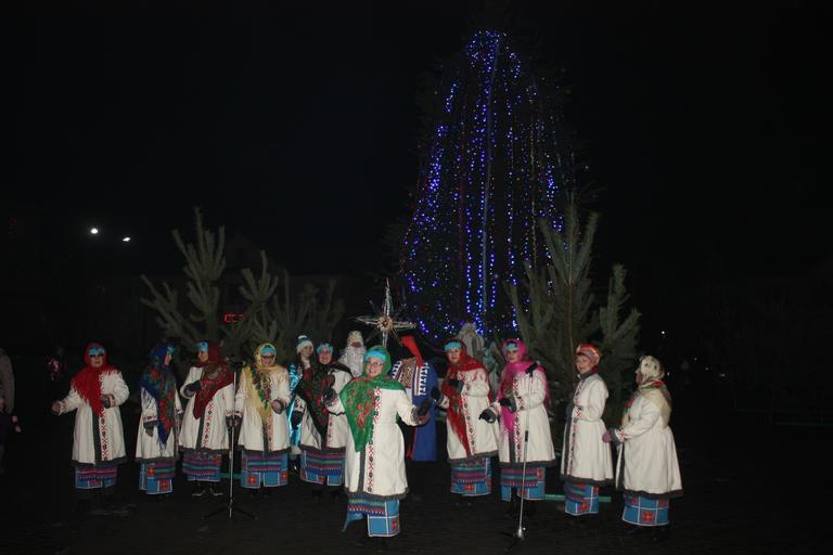 На площади Горняков открыли «ГОКовскую» елку (ФОТО, ВИДЕО)