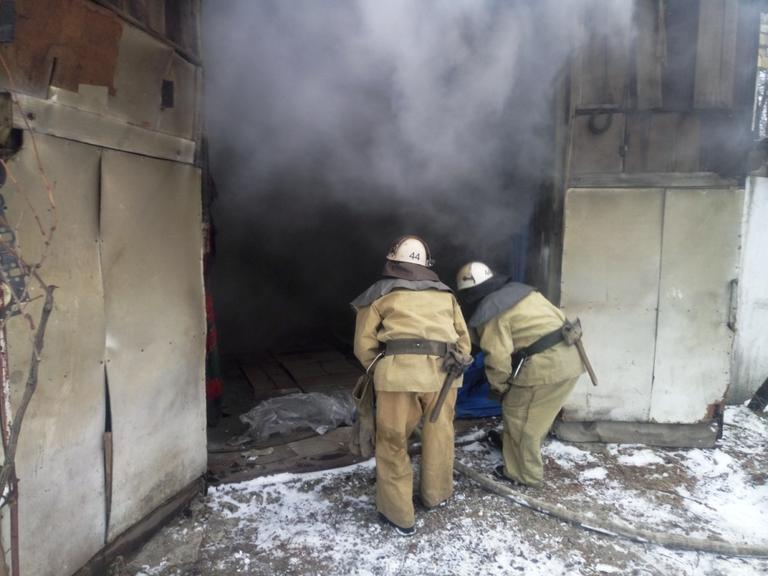 Спасатели ликвидировали пожар в гараже
