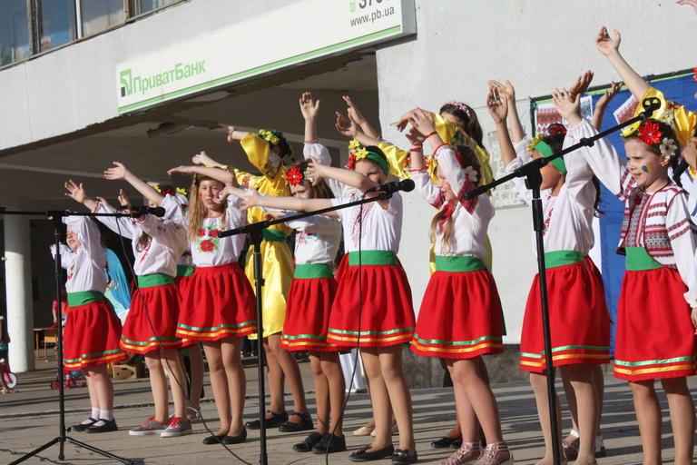 День вишиванки у Покрові відзначили концертом та флешмобом (ФОТО, ВІДЕО)
