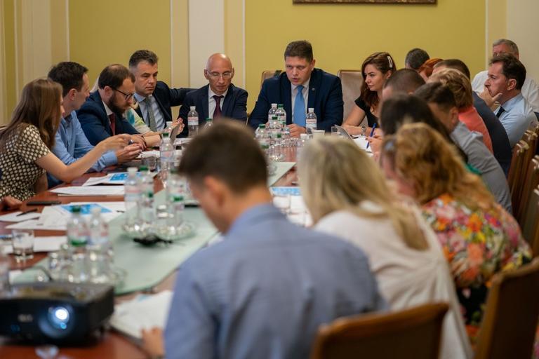 Одна електронна заява замість 37 документів та нуль візитів до органів влади замість 11 – Президент України доручив запровадити проект «єМалятко» до 1 січня 2020 року