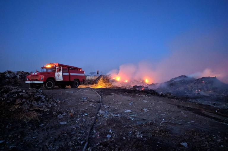 В Марганце тушат пожар на свалке (ФОТО)