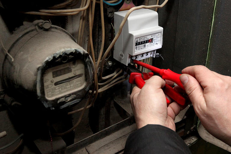 Советы энергетиков Днепропетровщины: как проверить, не подключены ли соседи к вашему электросчетчику
