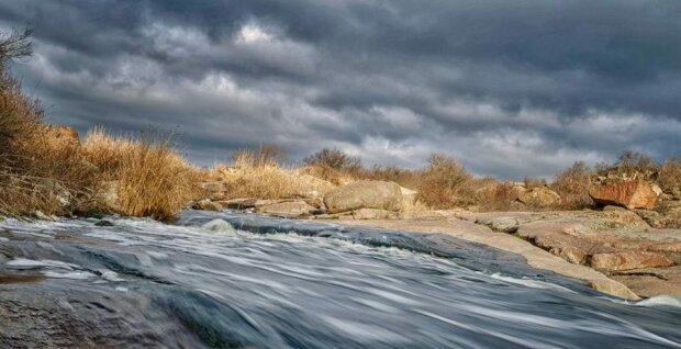 Уникальный феномен: под Днепром течет единственный степной водопад в Украине, захватывающие кадры