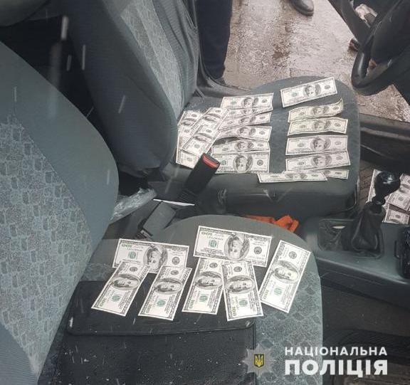 На Дніпропетровщині поліція затримали міського голову територіальної громади за вимагання 10 тисяч доларів неправомірної вигоди