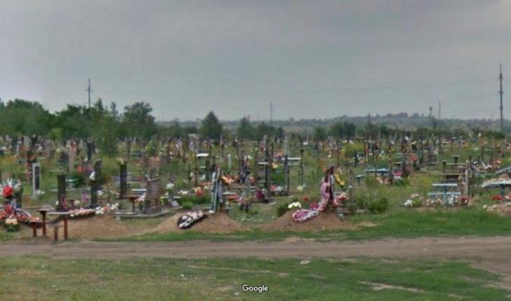«Могилу не выкопали, и гроб стоял под дождем пять часов»: что творится на городском кладбище?