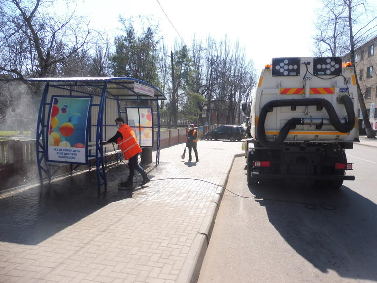 У Покрові проводять санітарну обробку автобусних зупинок