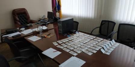 На Дніпропетровщині учасники злочинної групи, до складу якої входили голова та посадовці однієї з міських рад, підозрюються у привласненні бюджетних коштів