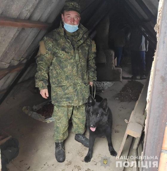 Поліцейські Покрову за допомогою службового собаки виявили наркотики та тротилову шашку