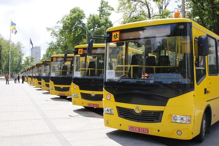 13 новеньких автобусів возитимуть школярів чотирьох громад Дніпропетровської області.